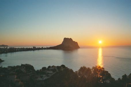 Utsikt fra  Peñón de Ifach og Calpe med solnedgang
